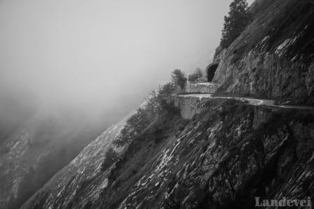 INN I DET UKJENTE: Over Aubisque er det alltid tåke og yr. Men etter tunellen skifter været til full sommer.
