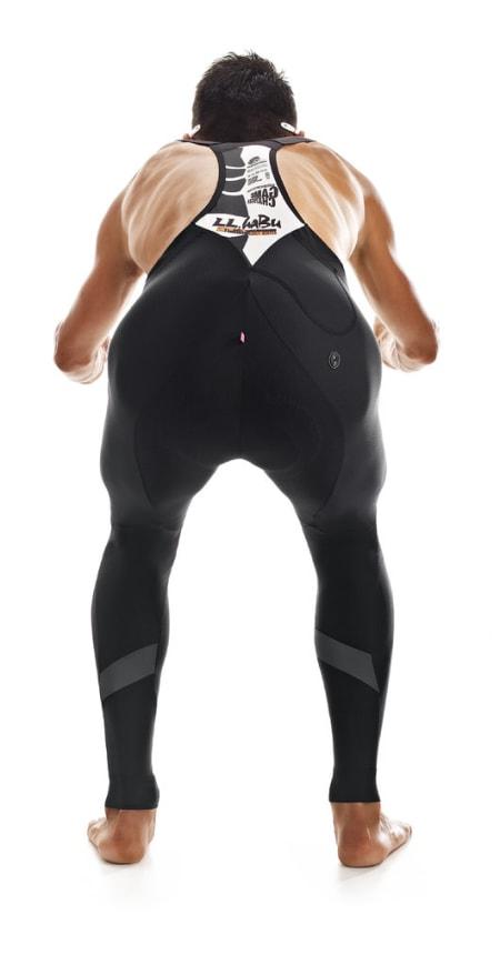 SORT: Sedvanlig nedtonet buksedesign, men med mange gilde fonter på ryggstykket. Foto: Assos