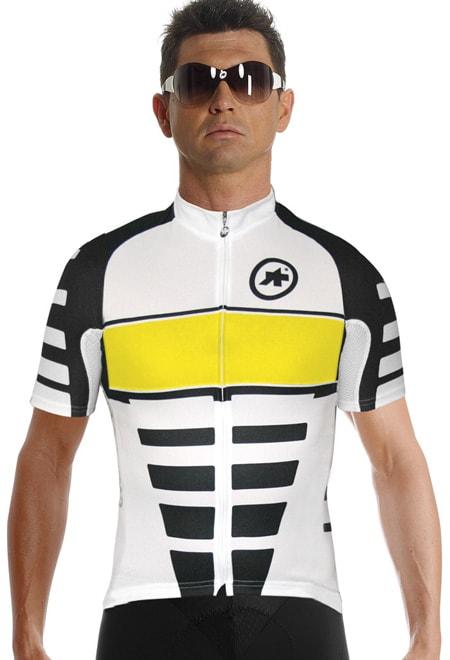 """EIGHTPACK: Forfra er SS.Corporate_S7 svært påståelig. Ryggen og sidene er roligere, men en diger logo i et farget felt likt det på brystet, og """"Assos"""" og """"Cycling Body R&D"""" er allikevel med. Og """"Have a good ride"""", selvfølgelig."""