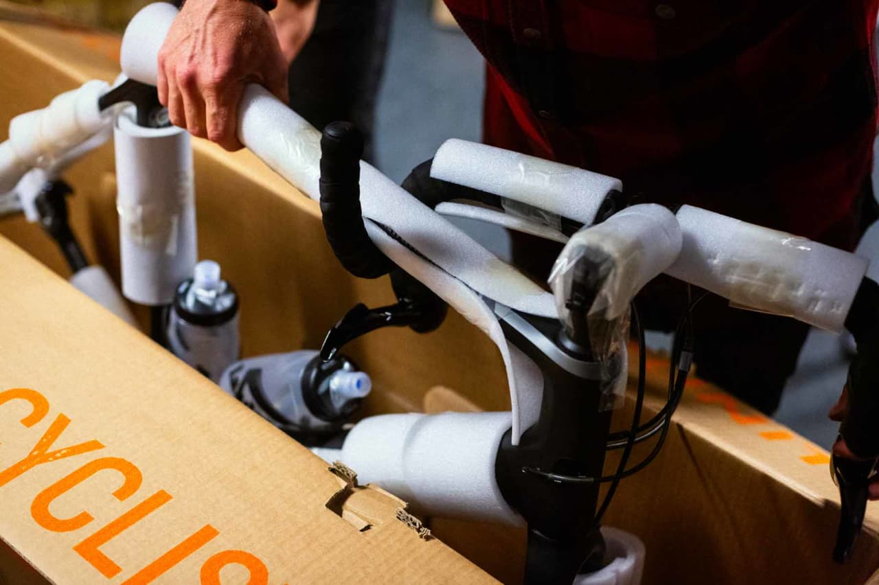 Slik pakker du sykkelen i eske. Foto: Kristoffer H. Kippernes