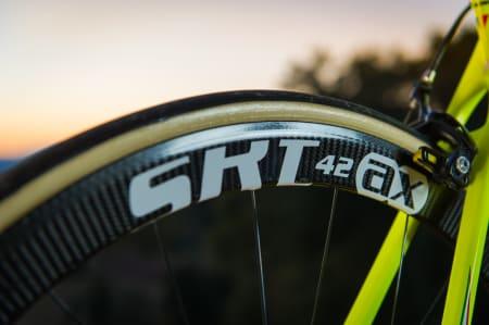 STILIG: SRT-felgene fra AX-Lightness er lette saker. Dekkene fra FMB med hudfargede sidevegger er en udødelig klassiker alle landeveissyklister burde ha våte drømmer om.