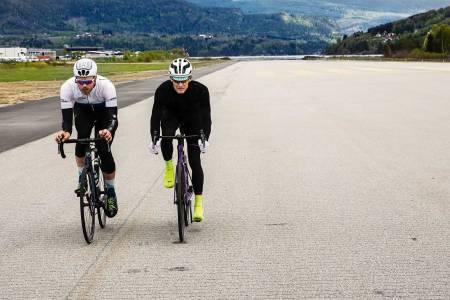 I VINDEN: Øyvind Aas og Gjermund Kvåle Jordheim griper i bukken og kryper sammen på de aerodynamiske syklene fra henholdsvis Specialized og Eddy Merckx. Foto: Colin Eick