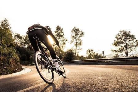 SKARPE SVINGER: Sindre Bjerkestrand Haugsvær klemmer til på en Cannondale Black Inc. under sykkeltesting i Barcelona. Foto: Henrik Alpers