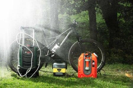SYKKELDUSJ: Enten du skal putte sykkelen på bilen eller ta den med inn i leiligheten kan en portabel sykkel- vasker være løsningen på dine møkkproblemer. Alle foto: Kristoffer H. Kippernes