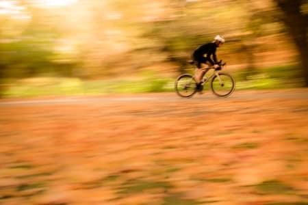 SESONGSLUTT: Blandeveis- syklene kommer virkelig til sin rett på slutten av sesongen, når grusen er hardpakket og  n. Øyvind Aas gir gass på en BMC Road Machine One e-Tap.