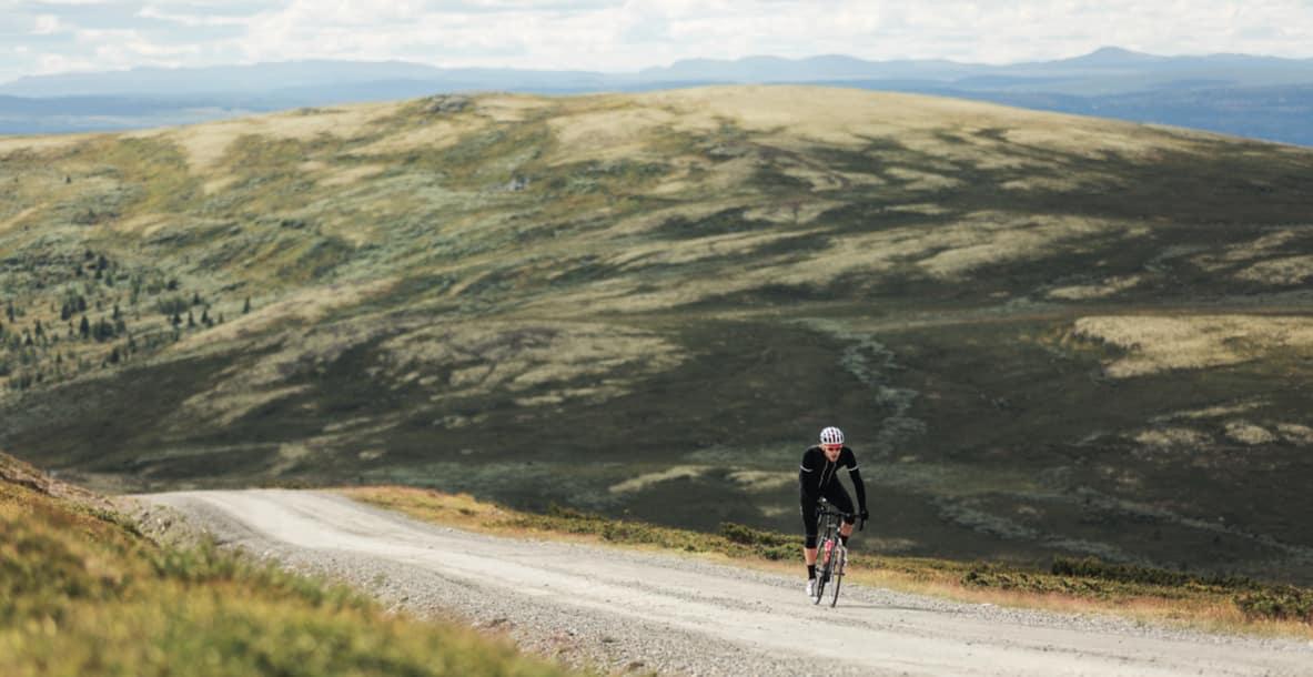 UT PÅ EVENTYR: Gjermund Kvåle Jordheim tar med sykkelen på grusveier utenfor Vinstra, for en bedre opplevelse enn bare langtur langs riksveien. Foto: Magnus Roaldset Furset