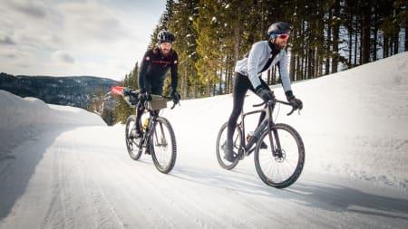 LANGE BEN: Vinterbukser er faktisk forbudt i proffritt (helt sant!) men heldigvis lovlig til norske vinterturer. Foto: Paul Errington.