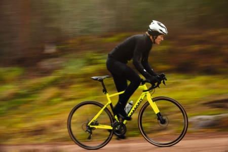 OMVEI TIL JOBB: Å styre utenom biltrafikken og heller ta en vei gjennom skogen hjem fra jobb kan gi gode opplevelser og flere sykkeltimer. Med gul sykkel kan du kle deg i svart som Øyvind Aas gjør her. Alle foto: Kristoffer H. Kippernes