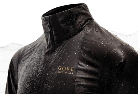 HOLDER VANN: Gores nye toppjakke holder det den lover. Dette er en fantastisk god regnjakke, men den er ikke for alle.
