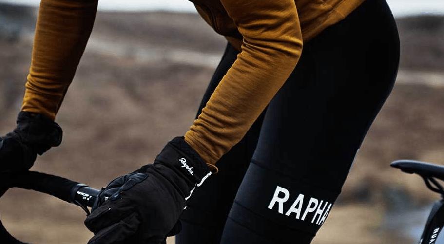 FORNØYELIG: Til kjølige vinter-og vårdager er Rapha Pro Team Thermal Bib et godt valg. Foto: Rapha.cc