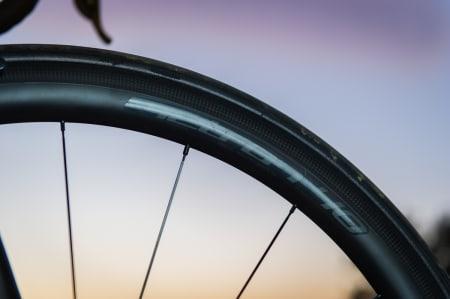 TJUKKAS: FSAs Metron 40mm dype felg er bred, noe som gir sykkelen veldig god komfort. Formen på felgen er også bedre rent aerodynamisk.