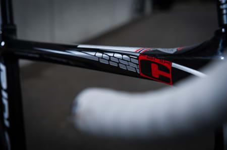 STEIN: Det diamantformede overrøret prydes av sykkelens favorittunderlag, brostein.