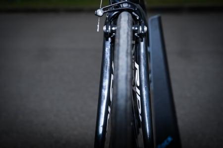 FEIT: Sett forfra er gaffelbena unormalt brede mot toppen. Dette for å gjøre sykkelen stivere sideveis.