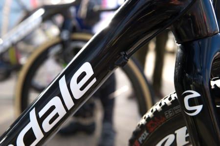 SELVGJORT: Det amerikanske sykkelkrosslandslaget trekker vaierne gjennom tynne plaststrømper. Det burde Cannondale gjort på forhånd.