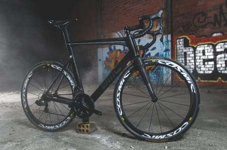 SVARTE NATTA: Råkarbonet brukt på sykkelen gir BMC TMR02 et rått utseende. Vi liker det vi ser.