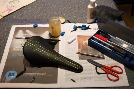 Etter lakkering av Jaeger-salen blei det trekt med svart perforert skinn. Det mjuke skinnet og kontaktlimet gjer at ein må jobba raskt og nøyaktig for å strekka det på plass. Mønsteret skal også plasserast korrekt og strekkast likt over heile skalet.