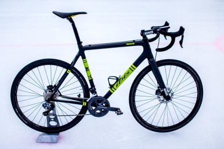 Komplett sykkel enda opp like under åtte kilo, uten pedaler.