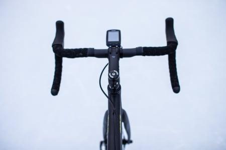 Å få vekk ein del kablar ryddar opp veldig i inntrykket av sykkelen. Garmin er festa på ein Barfly 2.0.