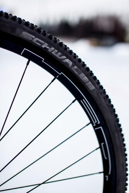 HED C2 felgen er brei og gir god støtte til Racing Ralph i 35 mm. Hjula er bygd solid med 32 eiker, 3 kryss.