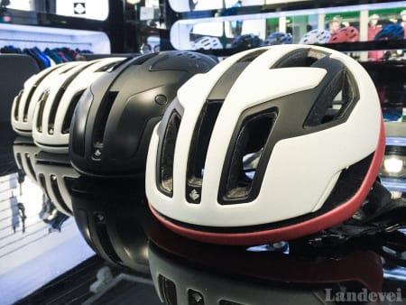 RASK: Sweets nye hjelm «Falconer» er inspirert både av falken og bandet. Foto: Henrik Alpers.