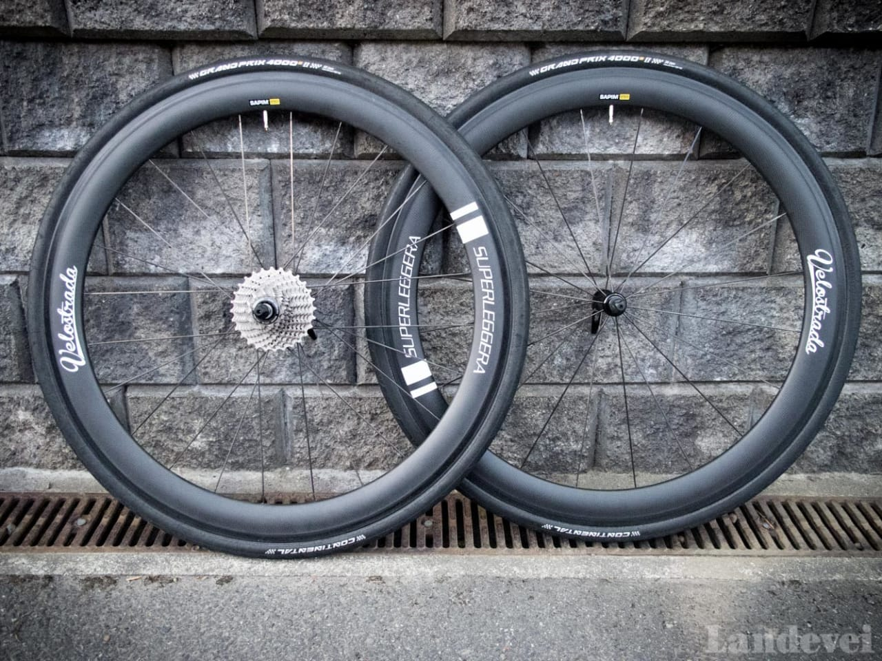 SORTE ORM: Velostradas hjul er karbonsvarte, med hvite reflekslogoer.