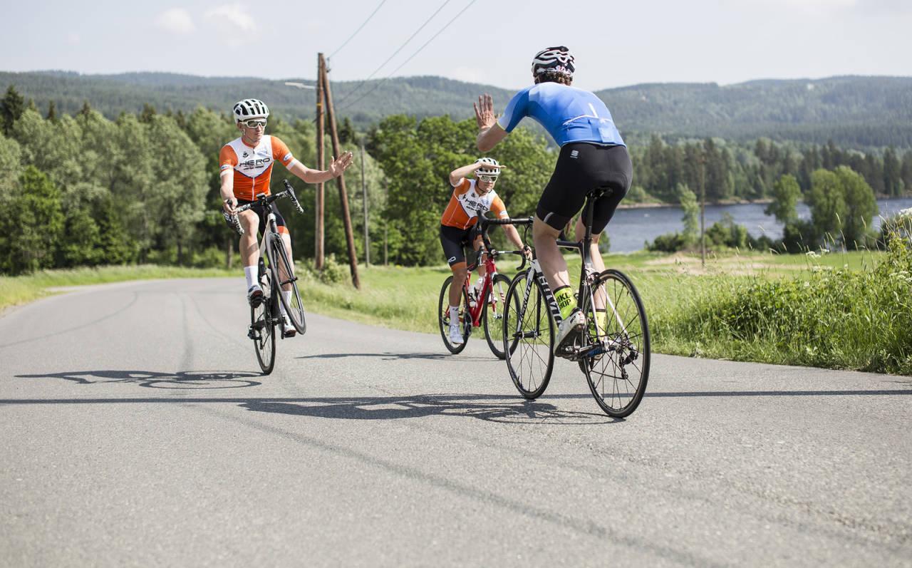 UNNGÅ FORVIRRING: Er du i tvil om hvordan du egentlig skal hilse på andre landeveisyklister? Se filmen. Bilde: Christian Nerdrum