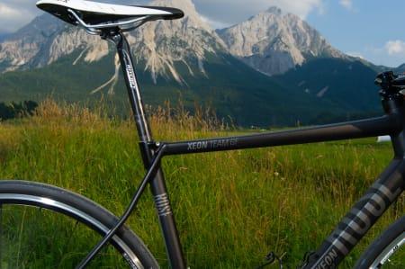 KNEKK: Det er lett å se på setestagene at dette er en sykkel som er laget for å være komfortabel. I fart kan du enkelt se stagene bøye seg etter terrenget.