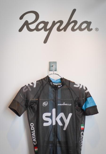 KONEBANKER?: Rapha-trøyene til Team Sky minner mest om en klassisk nettingundertrøye, men Sir Wiggo og resten av gutta setter nok stor pris på dem på glovarme dager.