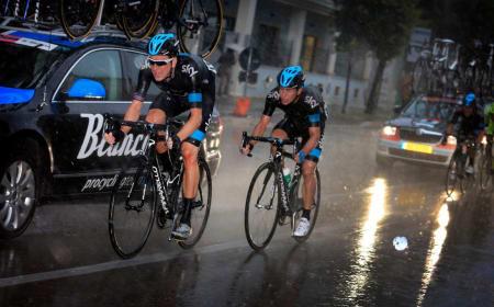TØFFE KÅR: Sir Bradley Wiggins og Sergio Luis Henao Montoya under Giro d'Italia. Hjelmen fungerte suverent, i motsetning til Bradley Wiggins. Foto: Cor Vos.
