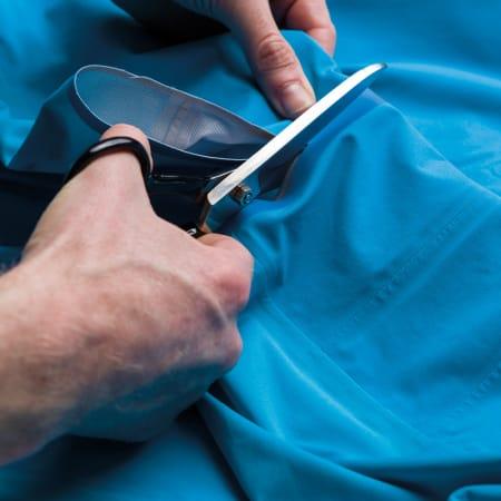 SAKS: Derfor er streken der. Slik at du kan klippe av ermene, om du heller vil ha en kortermet, vanntett trøye. Foto: Rapha.cc