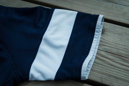 AVSLUTTET: Ermet er avrundet med mykt stoff uten strikk. Dette gjør at det ikke strammer rundt overarmen. Raphas hvite stripe er som vanlig til stede på venstre side.