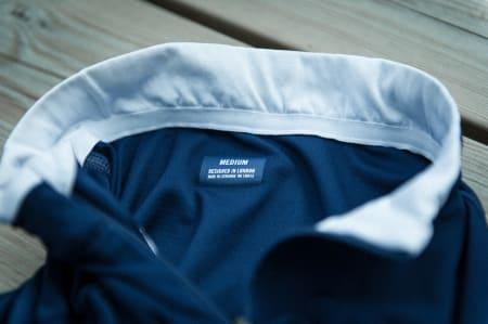 HØY: Trøyen har en høy krave, med et mykt stoff mot nakken. Designet i London, produsert i Øst-Europa.