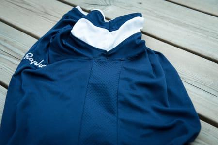 LUFTIG: Siden av trøyen er perforert, for lufting av svette overkropper og armhuler.