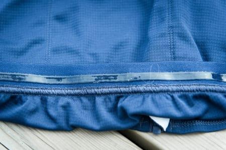 PÅ PLASS: En stripe gummi nederst på innsiden av ryggen holder trøyen nede.