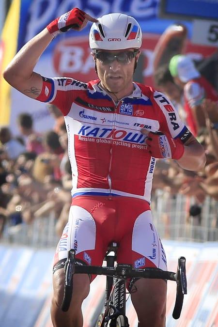 BØTTEKNOTT: Luca Paolini pekte på hjelmen da han vant en etappe under Giro d'Italia. Fordi han er smart, eller fordi hjelmen er kul? Foto: Cor Vos.