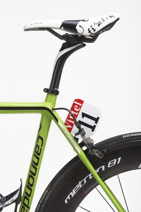FOR PROFFENE: Med Sagans sykkel får du også nummerholder i karbon, samt Bull-setet fra Fizik med logo normalt sett bare proffene får kjøre med. Foto: Cannondale.