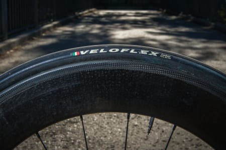 SJELDEN: Veloflex er et populært dekk blant proffene, og blir ofte brukt i smug om laget er sponset av et annet merke. Veloflex er Allan Hovdas valg.