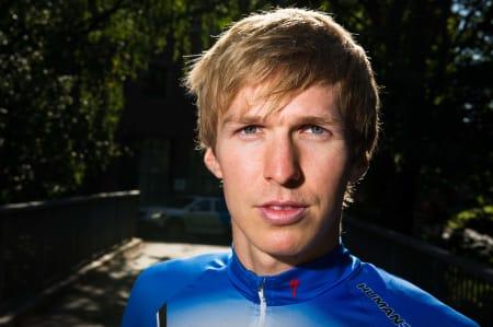 KJEKKAS: Lyst hår og blå øyne matcher både trøyen og den skandinaviske stereotypen. Dette er for de som måtte være i tvil, Allan Hovda i egen høye person.