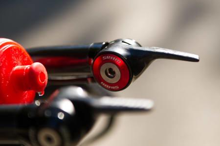 PÅ PLASS: SRAMs aeroskiftere ligger alltid vannrett, uansett hvilket gir du har sykkelen i. En innvendig kløtsjløsning sørger for dette.