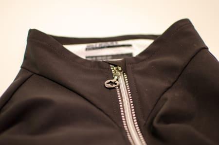GOD, MEN LITEN: Glidelåsen på jakken er meget god, og glir lett opp og igjen. Håndtaket kunne godt vært litt større. Hake og hals beskyttes godt.