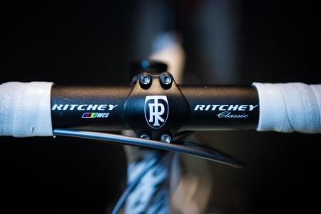ENKELT: Det er Ritchey som leverer styre og stem til Katusha Team. Legg forøvrig merke til den perfekte avslutningen på styrebåndet, samt at både styre og stem er i aluminium.