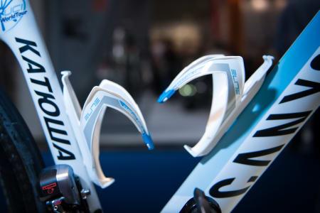 POPULÆR: Elite Custom Race flaskeholdere er et vanlig syn blant proffene, og de kommer i et utall fargekombinasjoner. Puritos hvite og blå flaskeholdere er faktisk standard hyllevare.