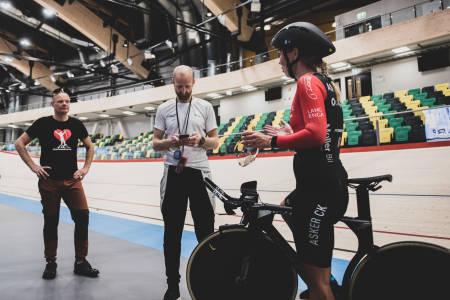 TRENING: Monica Storhaug under trening på velodromen i Sola Arena. Om litt over 14. dager skal det sykles for alvor. Foto: Henrik Alpers.