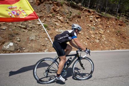 MED FLAGGET TIL TOPPS: Kreativ flagging observert på vei opp Alto de Penas Blancas.
