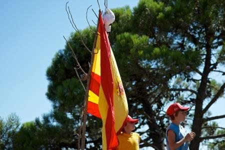KIDSA I BAKKEN: Smågutta har plantet flagget et par kilometer før mål og venter i spenning på at heltene skal komme dundrende forbi.