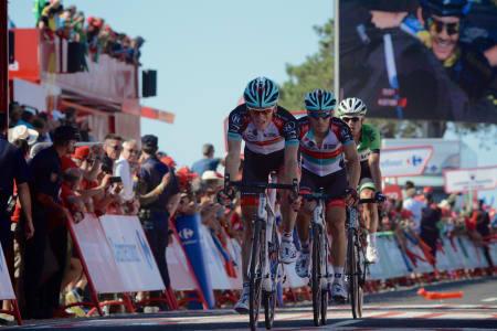 ETTERNØLERE: Roche oppe til høyre hadde allerede startet feiringen når denne trioen kom i mål.