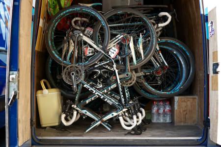 NEDPAKKING: Sykler og annet utstyr pakkes ned for den lange turen til neste startby.