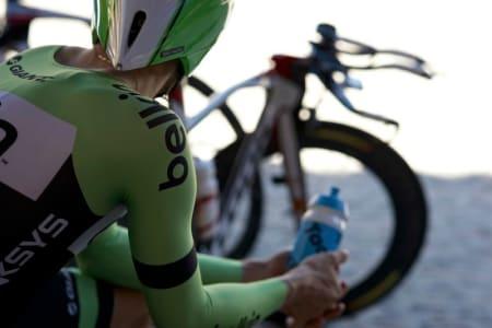 VENTING I TELTET: En Belkin-rytter venter spent på å komme seg avgårde på tempoetappen.