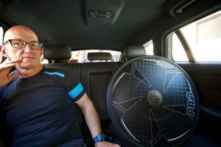 MEDPASSASJERER: Pascal og et navnløst platehjul i baksetet på Team Sky's Jaguar.