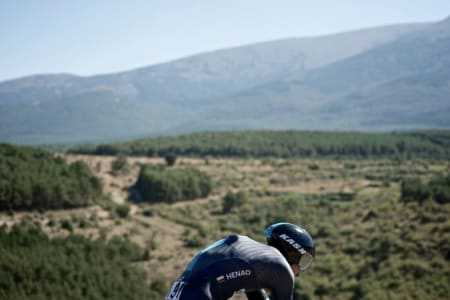UTSIKT: Sergio Luis Henao tar seg ikke tid til å nyte utsikten på runden rundt Tarazona.